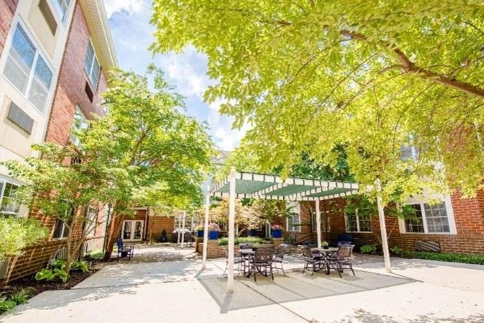arbor-terrace-senior-living-outdoor-patio