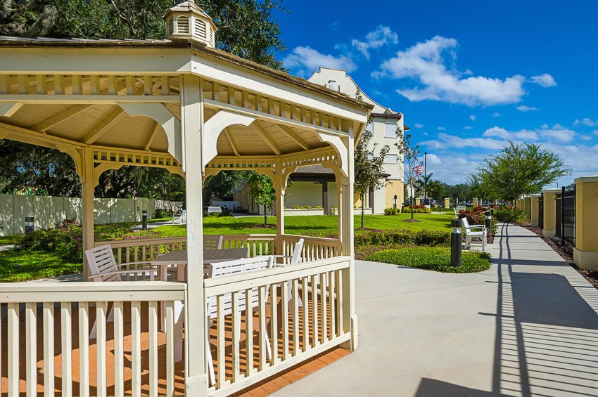 assisted_living_tampa_fl_courtyard_4-min.jpg